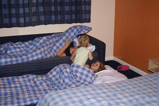 Mit Kind und Baby im Hotelbett