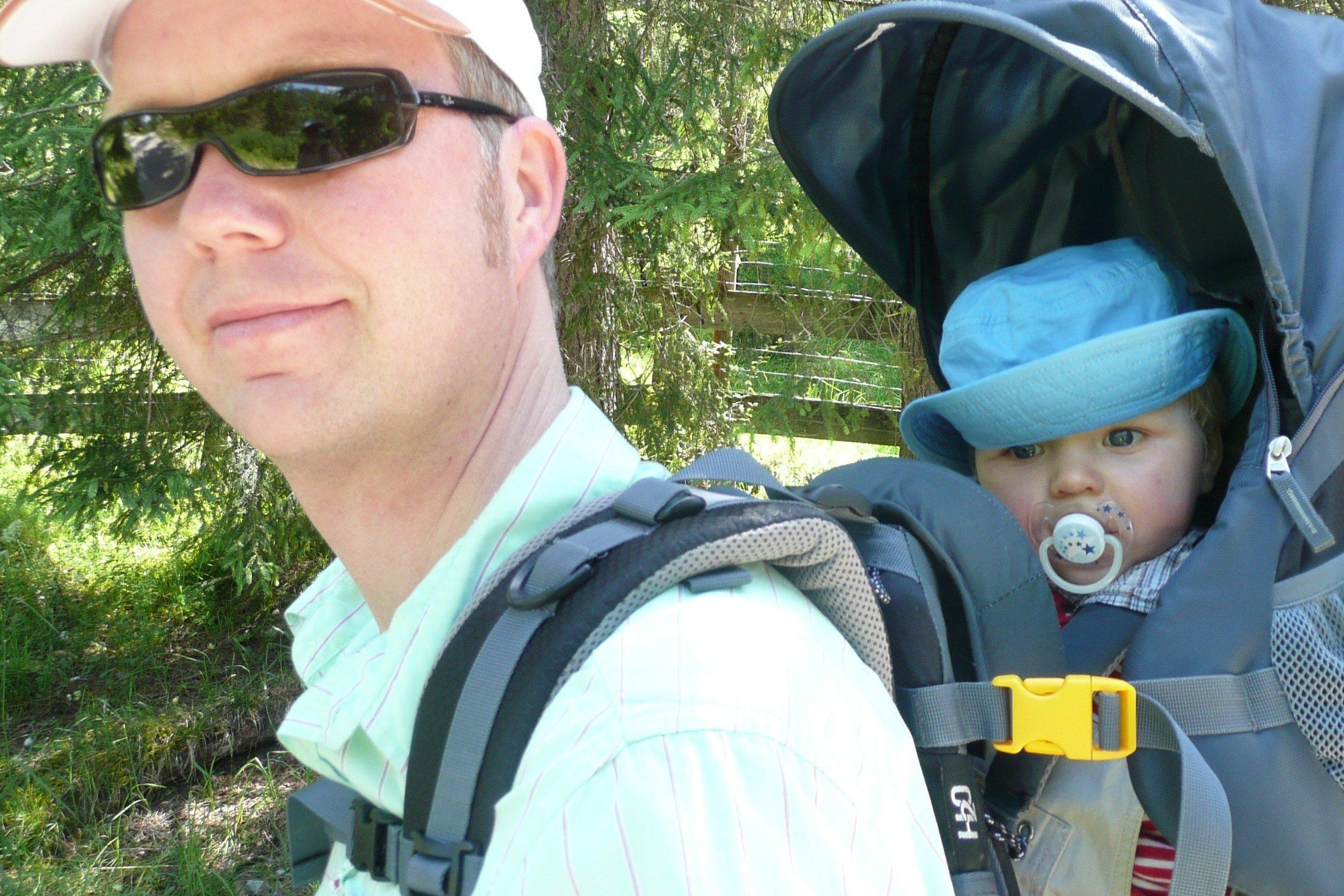 Eine gute Kraxe muss sowohl für Baby als auch für den Tragenden ausgesucht werden. © KidsAway