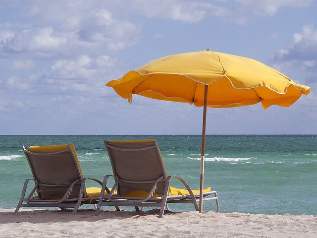 Ein entspannter Strandurlaub - Traum vieler Eltern © FlickR/Fifth World Art