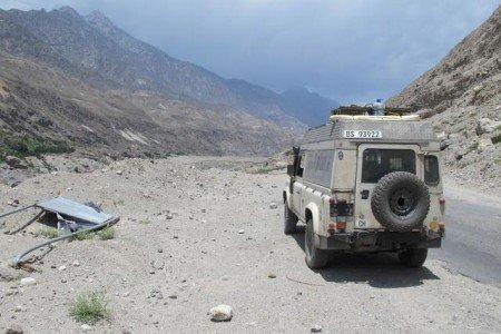 Nanuk auf dem Karakorum-Highway in Pakistan - bei 40°C im (fehlenden) Schatten