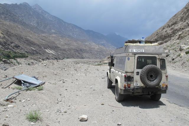 Nanuk auf dem Karakorum-Highway in Pakistan - bei 40°C im (fehlenden) Schatten © Jan Kunz