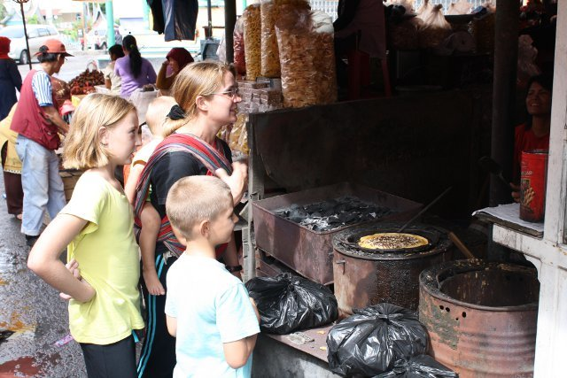 Essen, was auf den Tisch kommt: Street food in Bukittinggi, Indonesien © Julia Blanke