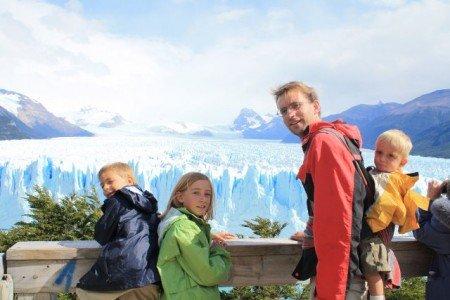 Drei fröhliche Backpacker-Kids in Perito Moreno, Argentinien