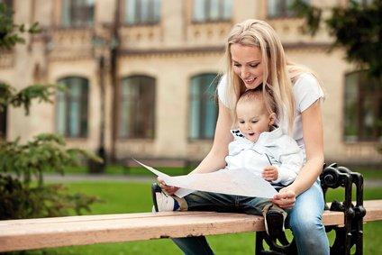 Mit Baby auf Stadtbummel - kein Problem, wenn es allen Spaß macht © Fotolia/Andrey Bandurenko