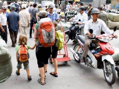 Drei Weltwunderer, leicht bepackt in Hanoi
