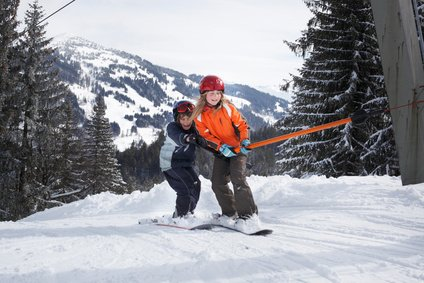 Ältere Kinder können schon das Snowboard testen © Crystal Laine - Fotolia.com
