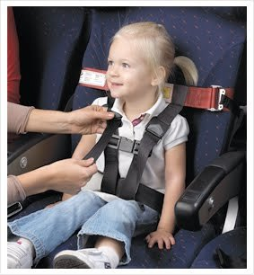 Der CARES-Gurt ist eine Alternative zum Kindersitz © CARES - kids fly safe