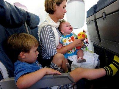 In der Economy Class haben Familien nichts zu lachen © FlickR/Lars Plougmann