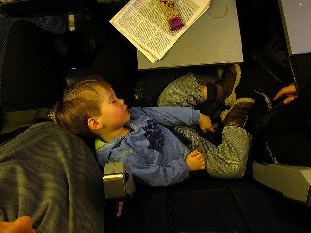 Sicherheit für die Kleinen im Flugzeug - Fehlanzeige © FlickR/Lars Plougmann