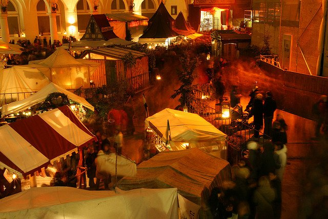 Ein wunderschöner Weihnachtsmarkt in Dresden ist auch im Stallhof am Schloss © FlickR/Paleontour