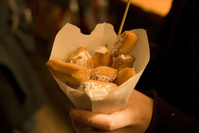 Leckereien müssen sein - hier auf dem Weihnachtsmarkt in Hannover © FlickR/Linda Hsu