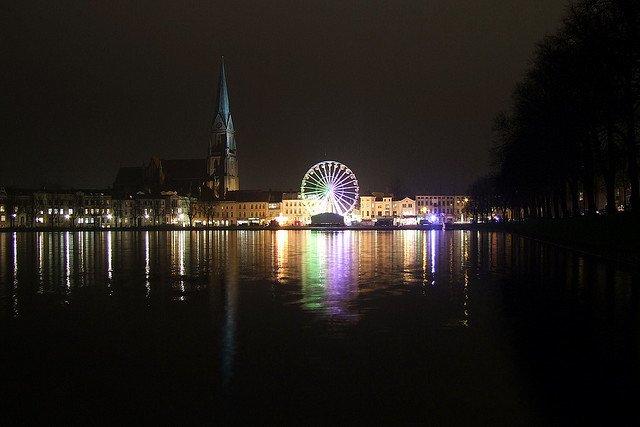 Weihnachtsmarkt in Schwerin - fürs Eislaufen ist es noch zu warm © FlickR/hamuchen