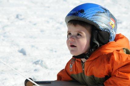 Egal welcher Schlitten: am sichersten rodeln Kinder mit Helm © fotorena.de - Fotolia.com