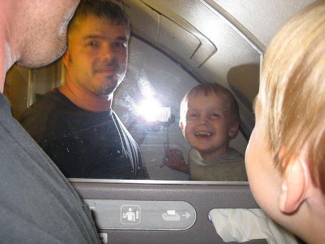 Wer sagt denn, dass Wickeln im Flugzeug keinen Spaß machen kann? © FlickR/andrechinn
