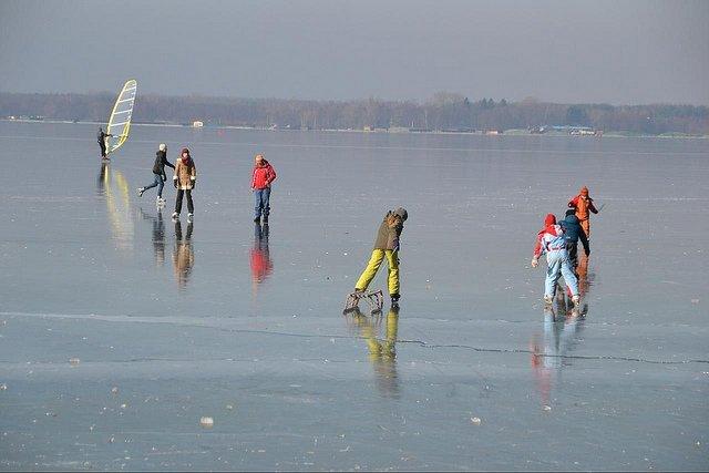 Vorsicht beim Eislaufen auf zugefrorenen Seen! © FlickR/mueritz