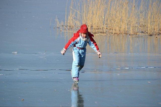 Kinder lernen meist schnell eislaufen © FlickR/mueritz
