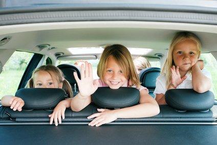 Drei Kinder im Auto - da ist guter Rat teuer