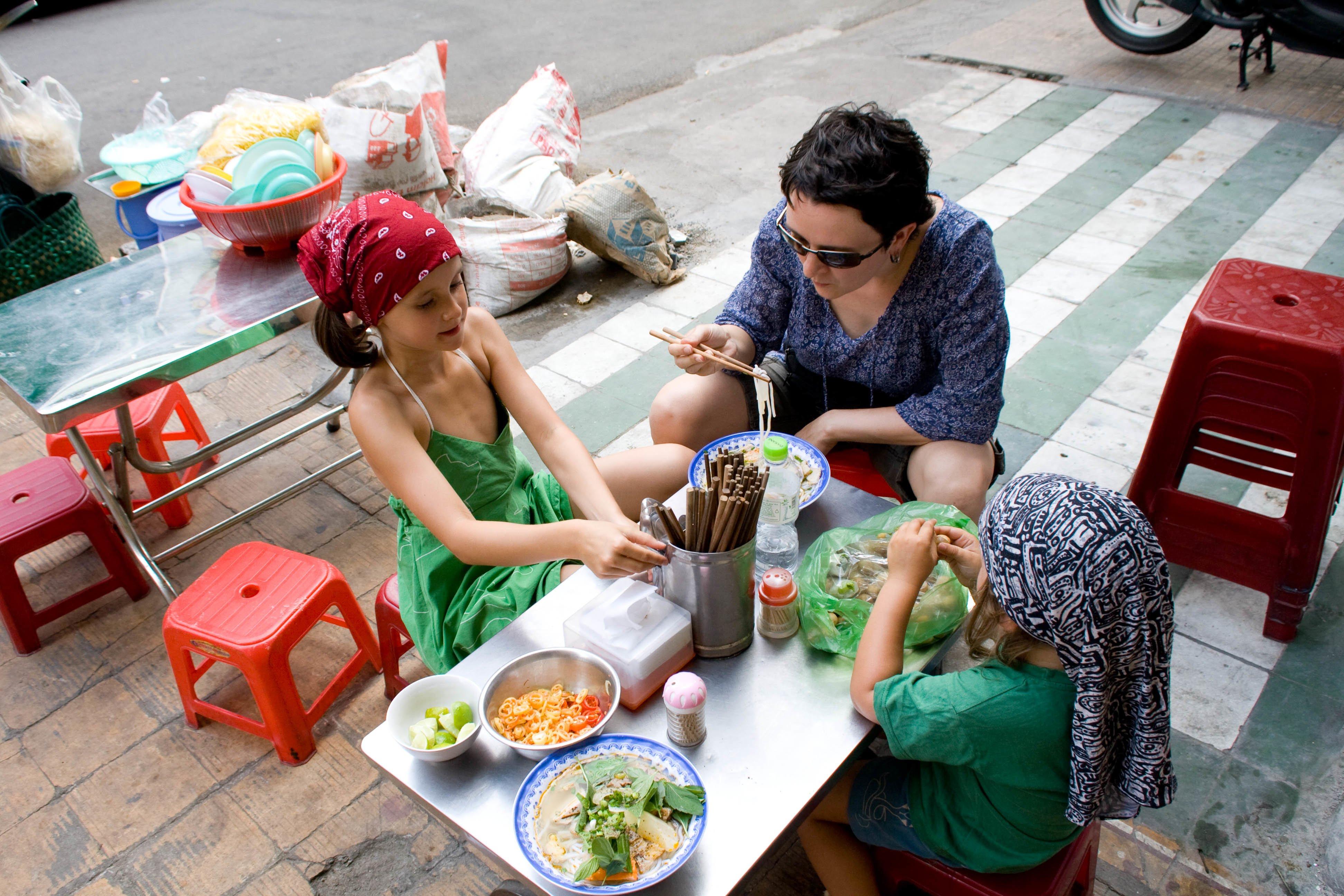 """""""Auf der Straße"""" essen ist viel spannender als im Restaurant - hier in Saigon"""