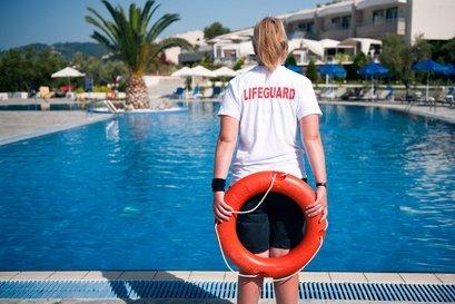 Perfekt: ein(e) Rettungsschwimmer(in) am Pool © Roy Pedersen - Fotolia.com