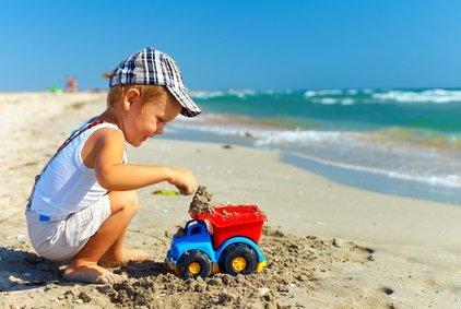 Was gibt es schöneres für Kinder, als am Strand zu spielen? © olesiabilkei - Fotolia.com
