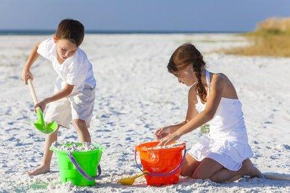 Schaufeln, graben, bauen - am Strand kann man herrlich spielen © Darren Baker - Fotolia.com
