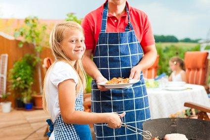 Nur die Großen dürfen beim Grillen helfen! © Kzenon - Fotolia.com