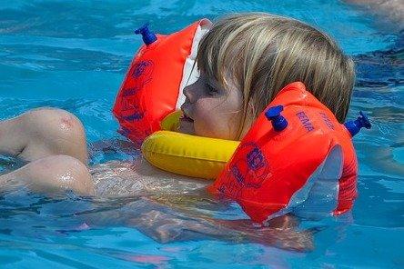 Schwimmhilfen für Kinder gibt es in den verschiedensten Ausführungen © Pixabay