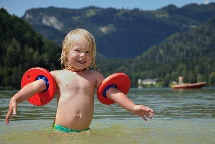 Ein Baby nimmt beim Planschen viel Wasser auf - Vorsicht! © otisthewolf - Fotolia.com