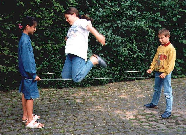 Kinder beim Gummitwist © Wikimedia/Sciarinen