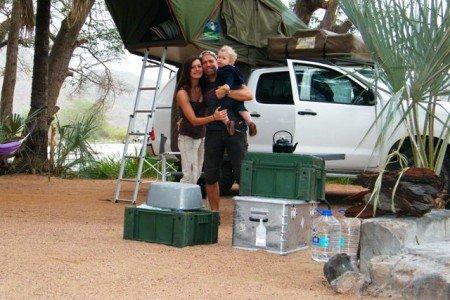 Die Afrika-Experten mit ihrer Survival-Ausrüstung © Madleen Nothnagel