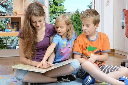 Bücher und Filme anschauen, singen und sprechen - so lernen und behalten Kinder eine Fremdsprache © Dan Race - Fotolia.com