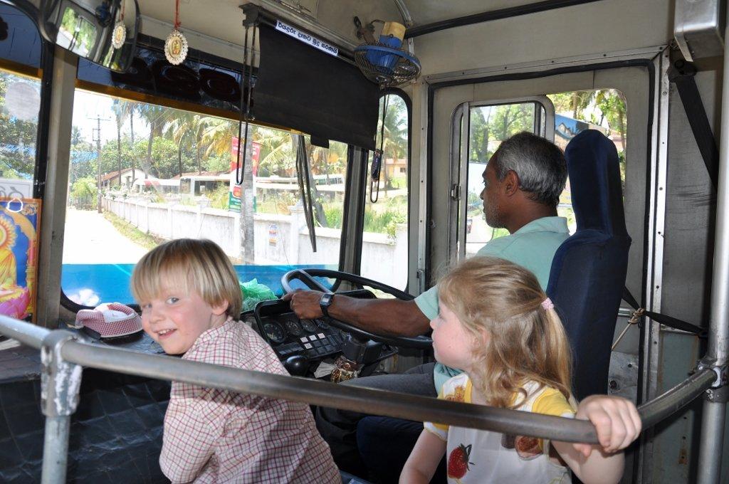 Anouk und Elia im Bus © Wolfgang Stromberg