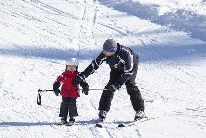 Skifahren lernen Kinder am besten auf familienfreundlich breiten Pisten © ManEtli - Fotolia.com