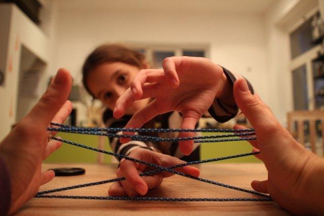 """Partnerarbeit: So wird der Faden """"abgenommen"""" © Weltwunderer"""