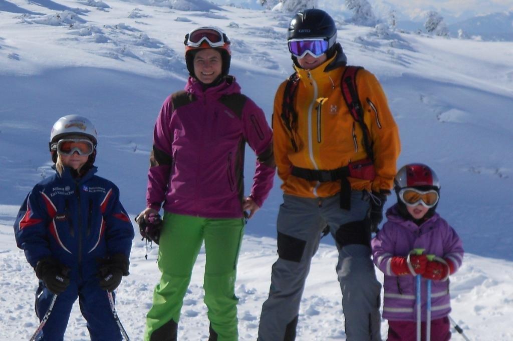 Familie Oberhuber mit ihren zwei jüngeren Töchtern © moonfrog edition
