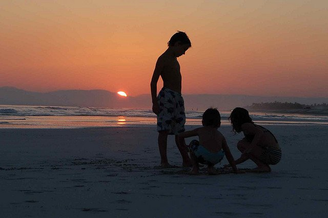Faszinierender Oman - Spielen bis zum Sonnenuntergang am Dhofar Beach © Flickr/bennorvell