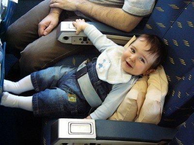 Kindersicherung im Flugzeug - so geht es nicht © Flickr/Sergio Maistrello