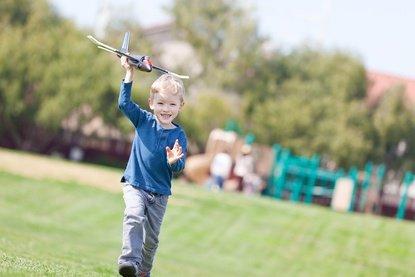 Die 10 wichtigsten Tipps zum sicheren Fliegen mit Kindern