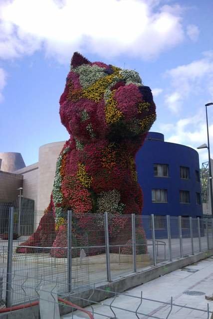 """Amüsanter Kunsthund: Vor dem Guggenheim Bilbao steht Jeff Koons' """"Puppy"""", bewachsen mit echten Blumen © Maria-Bettina Eich"""