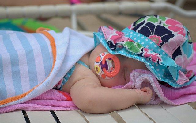 Babys am Strand immer vor der Sonne schützen! © Flickr/donnierayjones