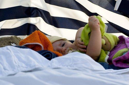 Gut geschützt ist auch ein Strandurlaub mit Baby möglich © Tom & Katrien/Flickr