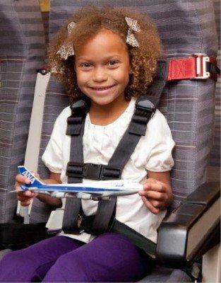Mit dem CARES-Gurt fliegen Kinder sicher © Amazon.de