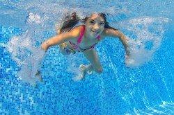 Kinder sollten so früh wie möglich schwimmen lernen