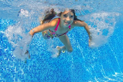 Sportliche Ferien: Skifahren, Schwimmen oder Surfen lernen