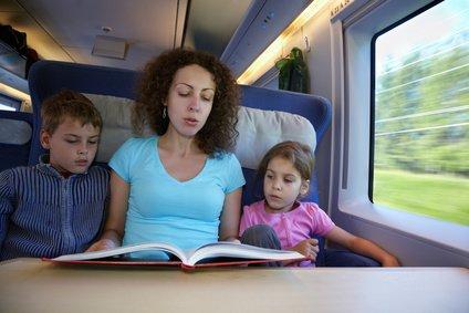 (Vor-) Lesen macht Kindern auch im Zug Spaß © fotolia.com - Pavel Losevsky