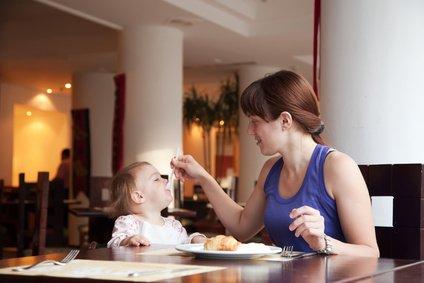 Ob im Hotel oder im Restaurant - Babys füttern ist nicht schwer © JackF - Fotolia.com