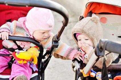 Kühle Tage im Herbst - mit der richtigen Kleidung fühlen sich Babys trotzdem wohl © Elena Stepanova - Fotolia.com