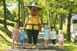 Mit Maskottchen Bollo im Park unterwegs © Landal GreenParks