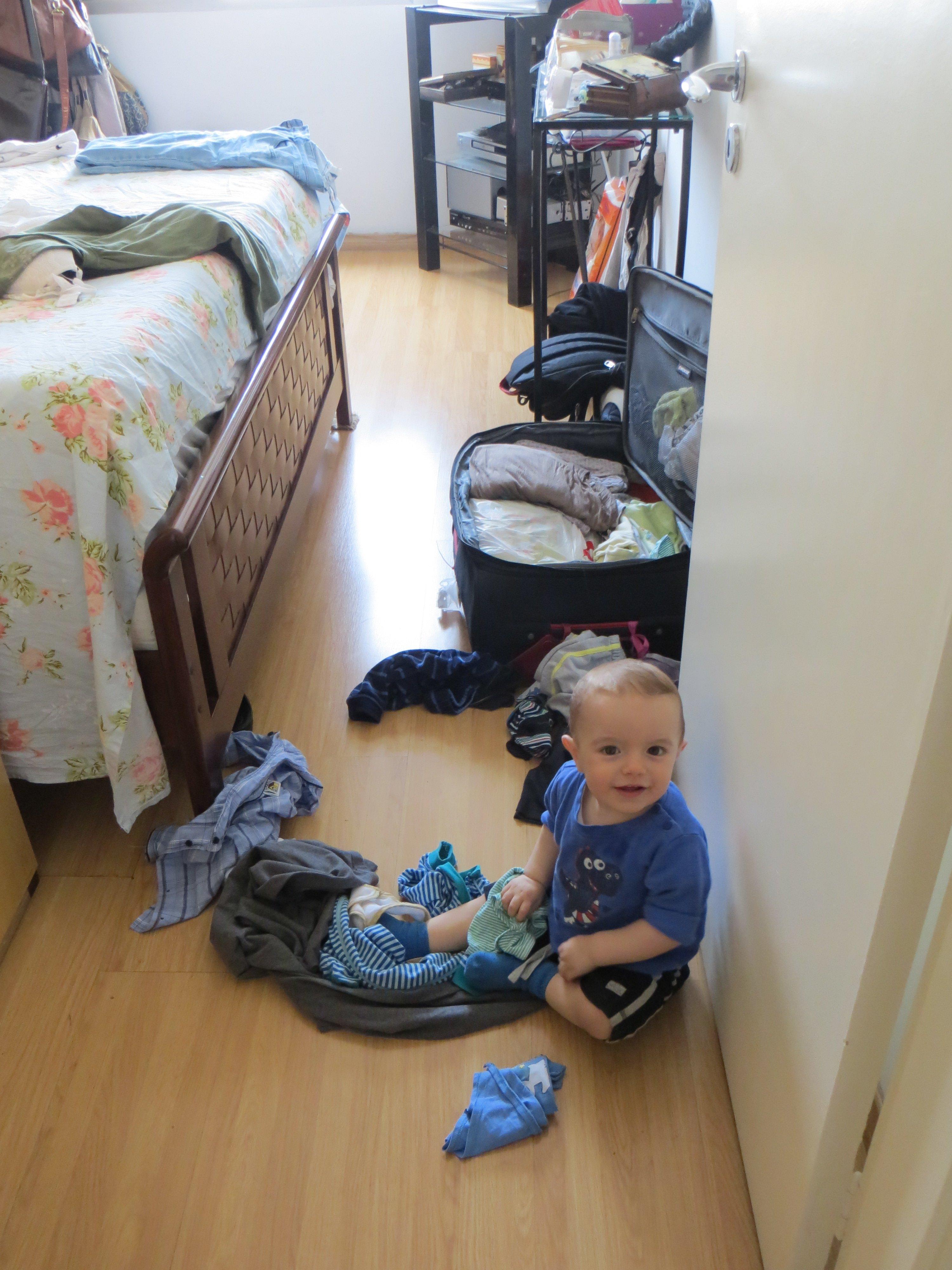 Lucas hilft bei Koffer packen © Paola