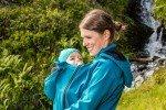 Die Softshell-Tragejacke von mamalila ist der perfekte Outdoor-Begleiter © mamalila